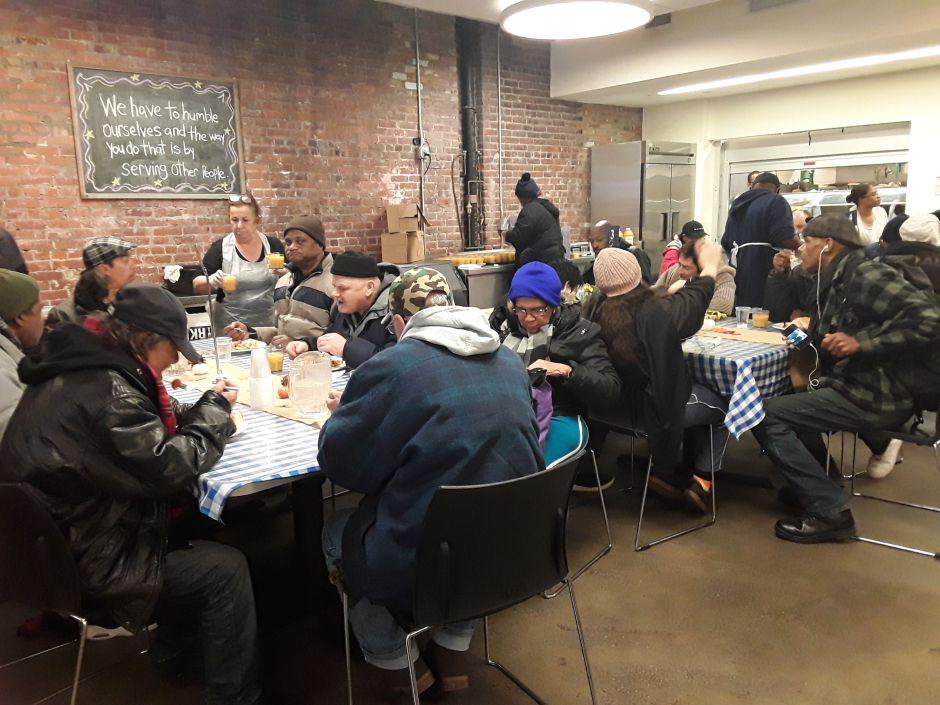 Familias de El Bronx siguen pasando necesidades y hasta hambre