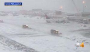 ¡La nieve en Denver es insoportable!, pasajeros varados por las tormentas duermen en el suelo del aeropuerto