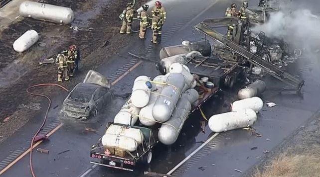El incidente causó que los carriles en ambas direcciones fueran clausurados.