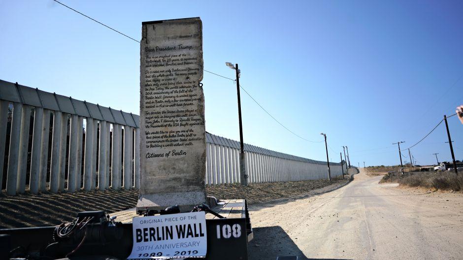 Un pedazo del Muro de Berlín enviado a Trump llega a la frontera entre San Diego y Tijuana