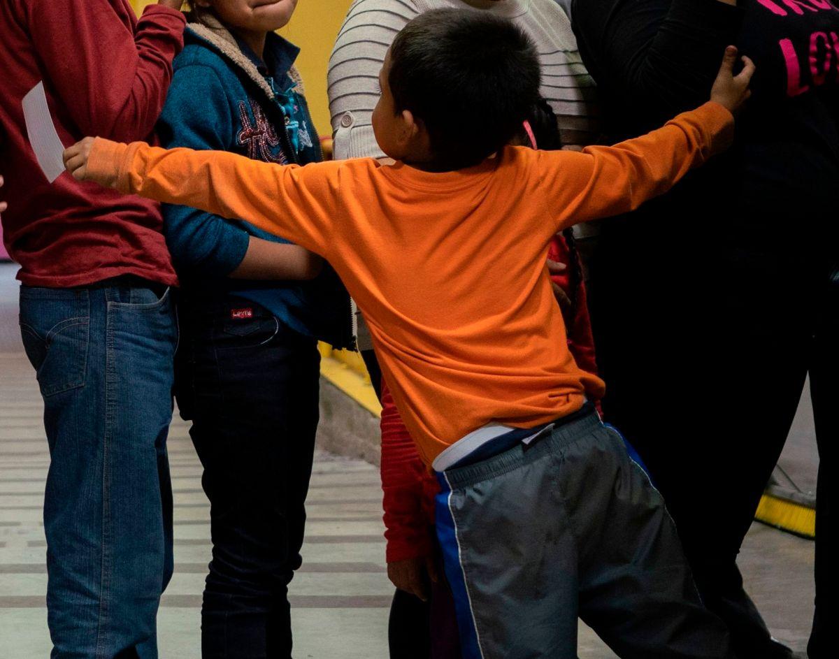 ICE dejó durante tiempo prologado a niños migrantes en camionetas