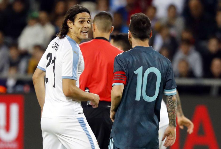 Messi y Cavani se calientan y casi se pelean en el Argentina vs. Uruguay