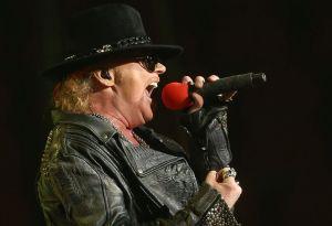 La penosa caída de Axl Rose en pleno escenario durante un show en Las Vegas