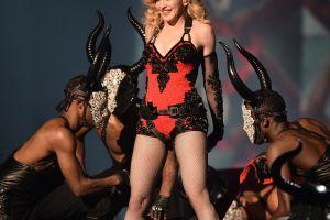 Madonna muestra candente forma de hacer calentamiento vocal mientras agita sus pechos