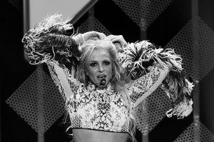 Britney Spears luce cortito disfraz de 'Alicia en el país de las maravillas'