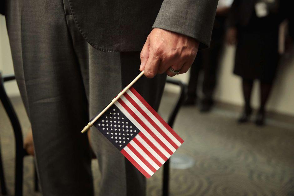 """USCIS implementa dos reglas que afectarían a inmigrantes en peticiones de """"green card"""" y naturalización"""