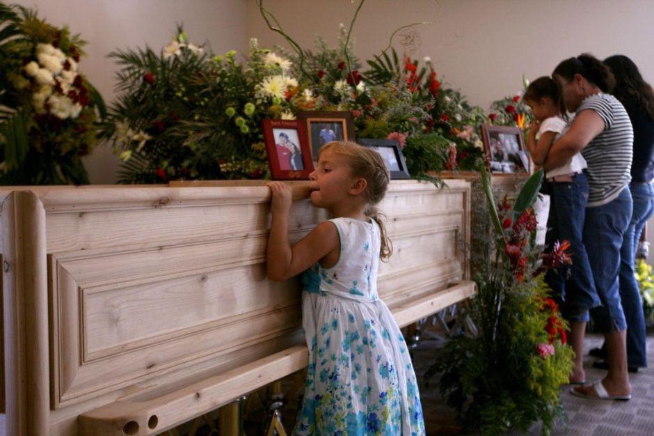 Entre en dolor e indignación realizan funerales de familia Lebarón asesinada en Sonora