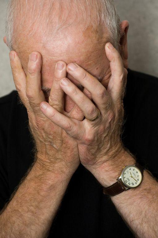 Director de banco robó más de $500,000 dólares a anciano