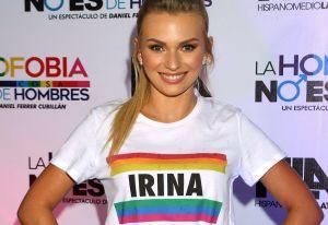 Irina Baeva presume su breve cintura en leggings de varios colores