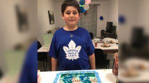Equipo de hockey ayudó a un niño a celebrar su cumpleaños después de que sus amigos lo abandonaron