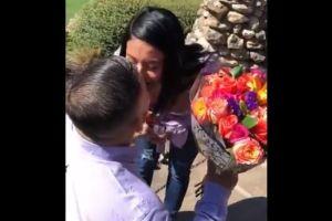 Sorprende a su novia pidiéndole matrimonio y ella tiene una reacción completamente inesperada