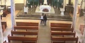 Captan a pareja robando limonsna de una iglesia