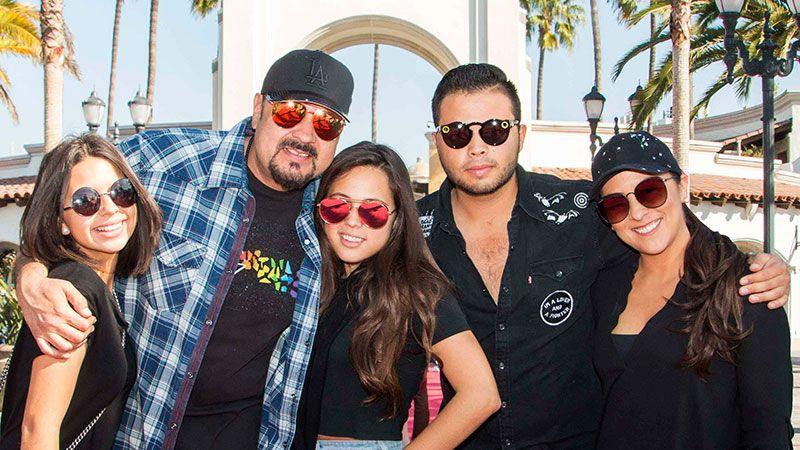 Pepe Aguilar y su familia disfrutan de un día de shopping en California