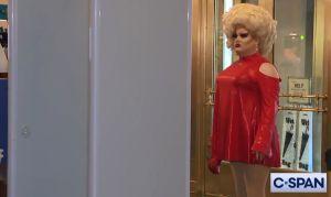 VIDEO: La 'drag queen' que sorprendió en audiencia pública para juicio político a Trump