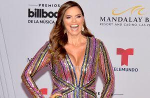 Rashel Díaz impacta con minifalda blanca y sexys movimientos desde un espejo