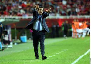 ¡Quiere renovar contrato! Luis Fernando Tena se aferra a Chivas