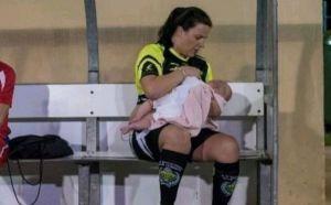 Critican a futbolista por amamantar a su bebé en los entrenamientos