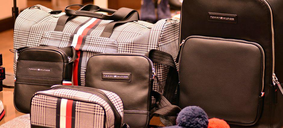 5 carteras y bolsos Tommy Hilfiger de estilo casual por menos de $70