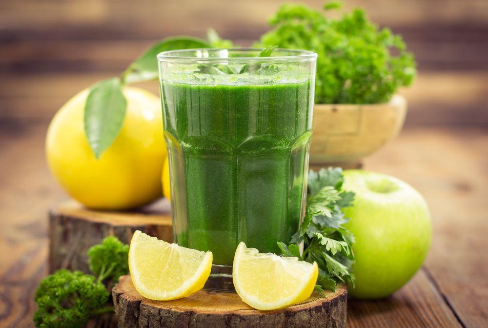 Un vaso de jugo verde al día mejora la digestión, la salud intestinal y embellece la piel.