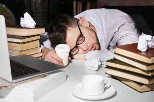 ¿Por qué me despierto cansado? Conoce 4 habituales causas y cómo combatirlo