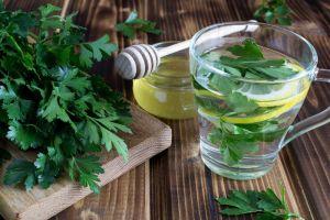 Los poderosos beneficios del té de perejil para bajar de peso y tener siempre buen aliento