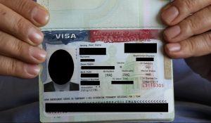 El problema que sigue para los miles de extranjeros con visas temporales que recibieron cheque de estímulo por error