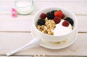 Prepara un perfecto parfait de yogur con fruta y cereal para empezar tus mañanas sin grasas adicionales