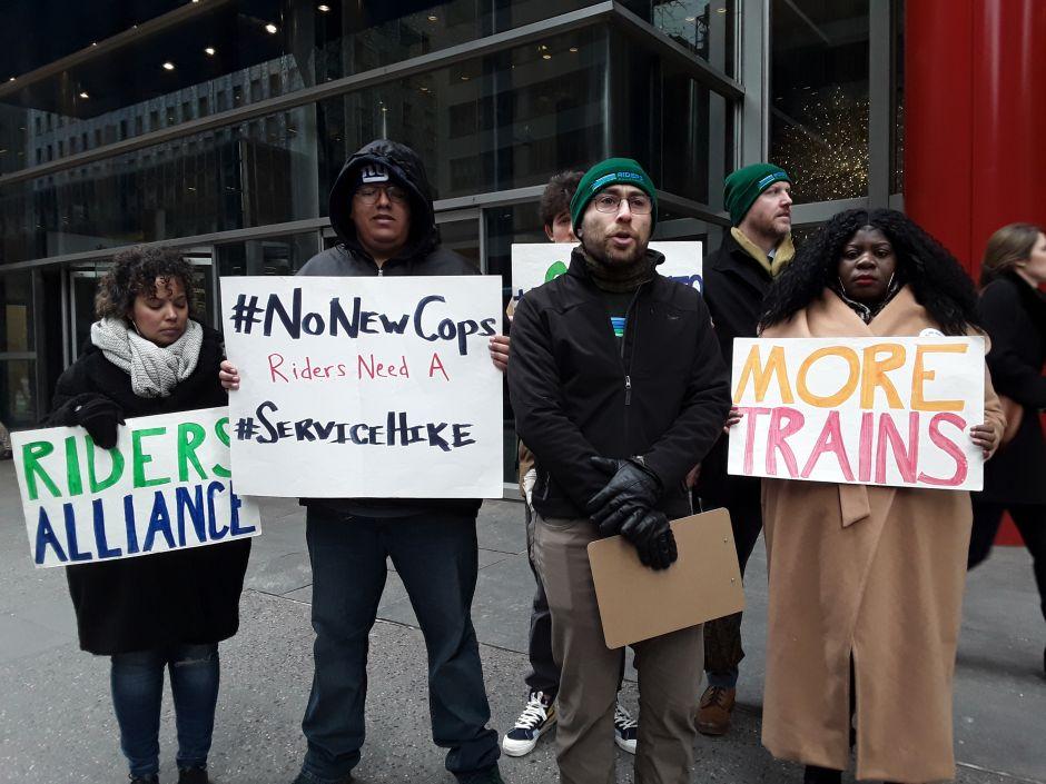 Activistas exigen mejor servicio en vez de más policías en el Subway