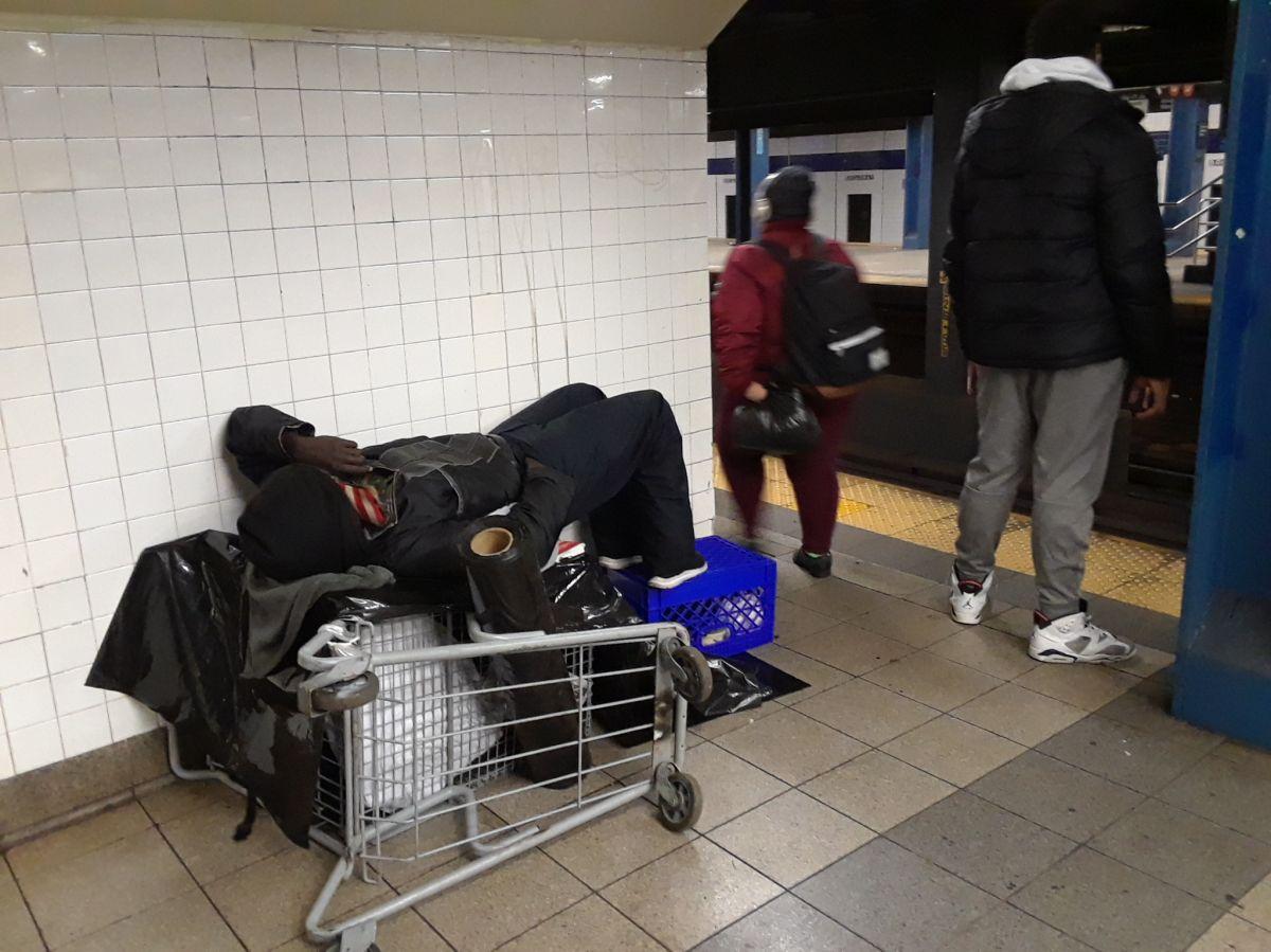 Buscan a pareja sospechosa de balear a joven en el Metro de Nueva York