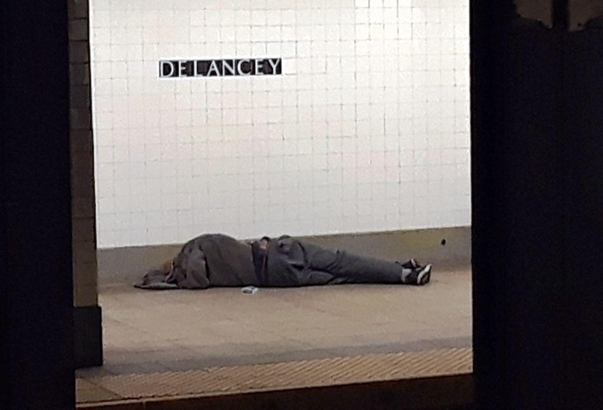"""Trump critica """"tremenda"""" crisis de personas sin hogar en Nueva York y California, y ofrece ayuda federal"""