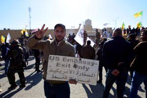 """""""Muerte a EEUU"""": El grito de los manifestantes que irrumpieron en la embajada en Bagdad"""