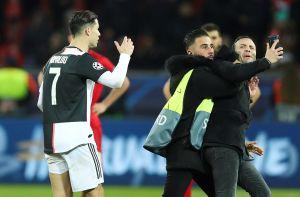 Cristiano Ronaldo enfurece con fan que lo jaloneó