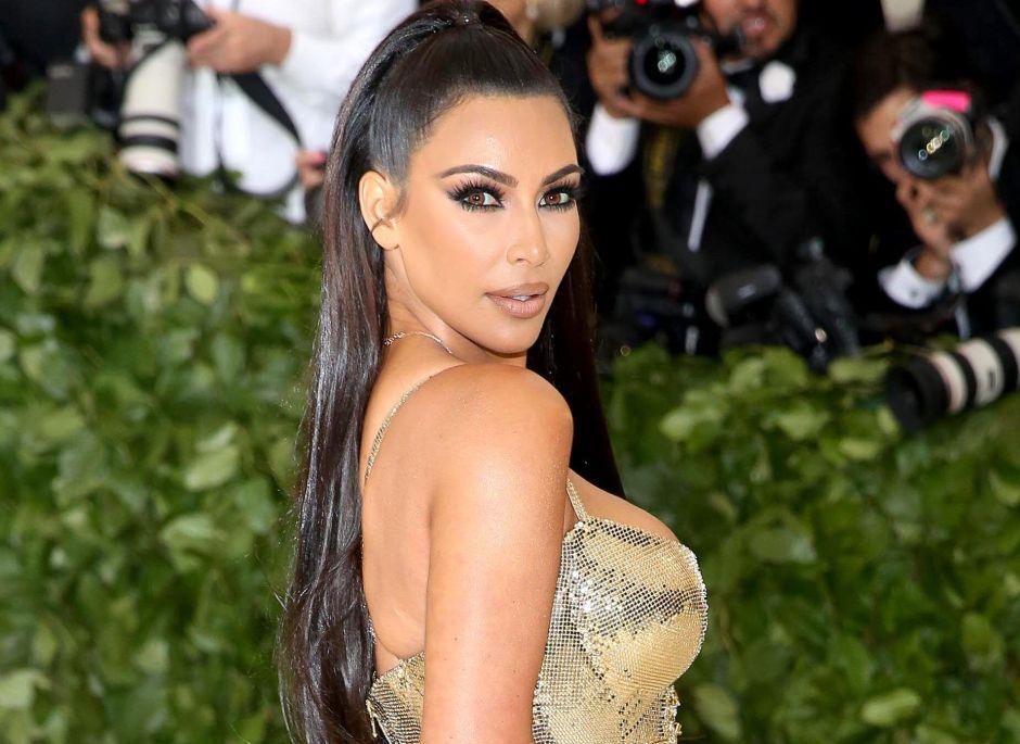 Kim Kardashian expone todo su trasero con un par de leggings y sin ropa interior en plena calle