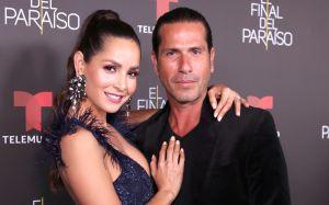 Gregorio Pernía le besa los pies a Carmen Villalobos