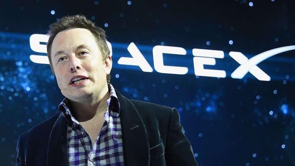 Elon Musk saca la Tesla Cybertruck de paseo y choca un letrero en el intento