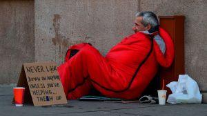 Niño de 9 años compra 100 bolsas de dormir, comida y ropa para personas sin hogar