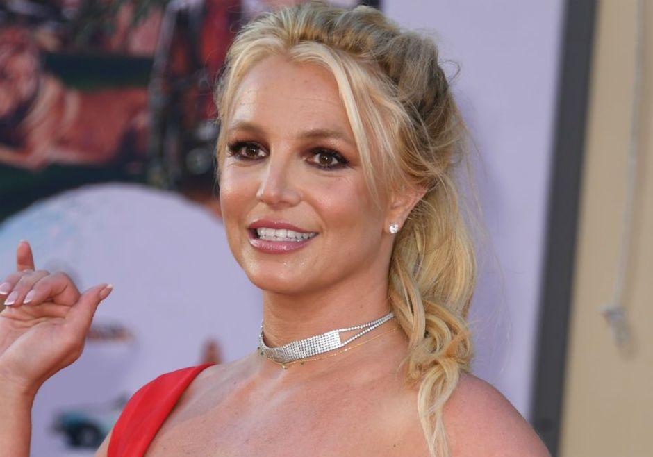 Luciendo un profundo escote, Britney Spears presume su árbol de Navidad y responde a sus detractores