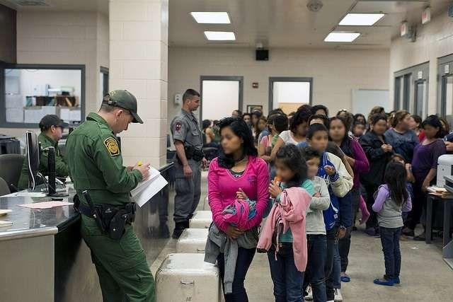 Agentes de inmigración procesan las solicitudes de asilo en la frontera.