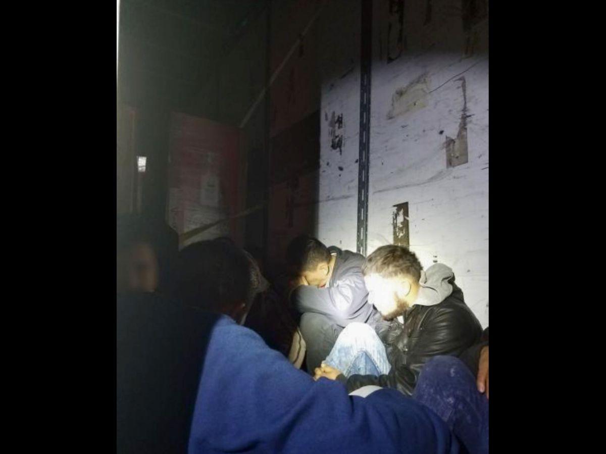 """Transportaban a 27 inmigrantes indocumentados en una """"congeladora"""""""