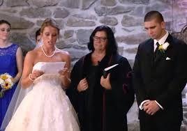 Descubre tremendo secreto de su novio justo antes de la boda y lo que hace sorprende a todos