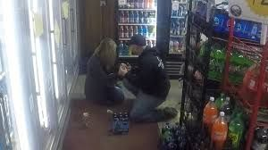 Finge robar una tienda para pedirle matrimonio a su novia