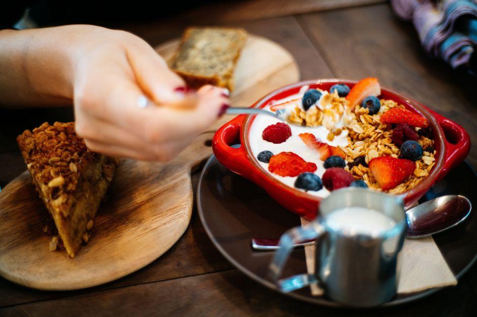 10 alimentos que, aunque parezcan inofensivos, debes evitar si deseas bajar de peso