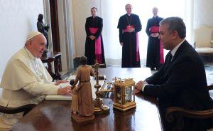 Papelón: Presidente de Colombia Iván Duque firma como si fuera el Papa Francisco en carta de felicitación