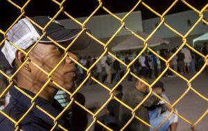 Fotos: Desfile se burló de niños inmigrantes enjaulados. Ahora no saben qué hacer con él