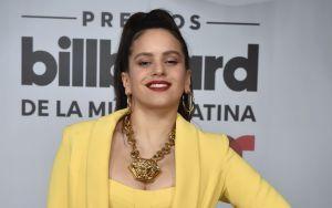 Rosalía presumió en los Billboard un revelador vestido con el que dejó ver de más por su indiscreto escote