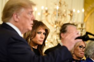 """El """"regalazo"""" que Trump le dio a Melania y causó risa a militares"""