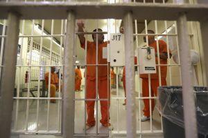 Revelan trato criminal a inmigrantes y aislamiento en celdas de castigo en cárceles de ICE