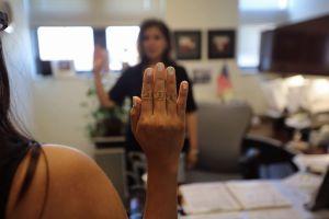 Inmigrante con 'green card' mató al marido tras abusos; ahora batalla contra la deportación