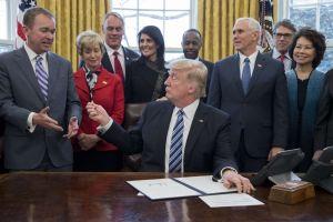 Altos cargos de Trump trataron de evitar escándalo que desató 'impeachment' contra el presidente