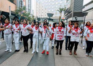 En el centro de Los Ángeles trabajadoras de la limpieza protestan y dicen: 'El violador eres tú'